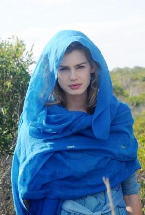 El tinte azul índigo que decora el vestuario de Hessler a lo largo de la película se usaba en la antigua Roma más para maquillaje que para ropa. Sin embargo, en ningún momento aparece maquillada.