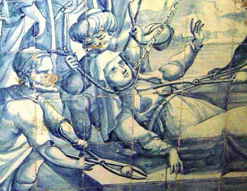 """Detalle del martirio de la Santa. La filacteria que sale de su voca dice: """"Ayúdame, Dios, en mi tormento"""". Cerámica devocional en Lisboa (Portugal)."""