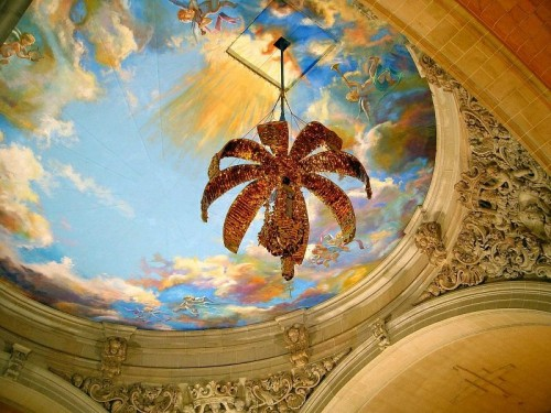 """Momento de la representación del Misteri: el ángel del Señor desciende de las alturas -el techo de la Basílica- en la tramoya o """"magrana celestial"""" para llevarse a la Virgen al cielo."""