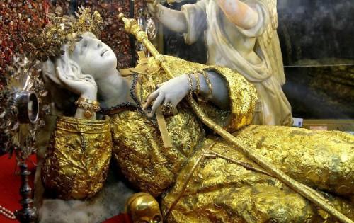 Imagen reclinada de la Santa venerada en su Santuario de la gruta del monte Pellegrino, Palermo (Italia).
