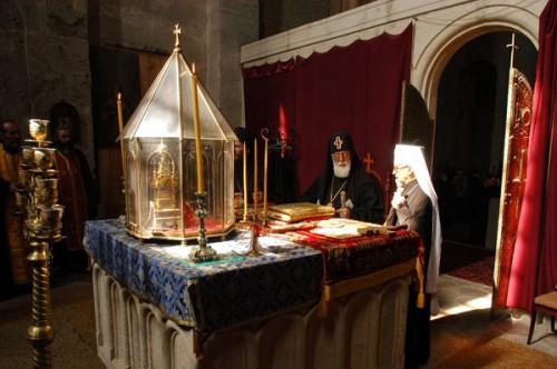 Divina Liturgia celebrada ante el relicario de la Santa en Georgia.