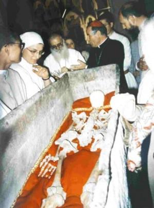 Apertura de la caja de plomo el día 17 de septiembre del año 1998 y exposición posterior de las reliquias.