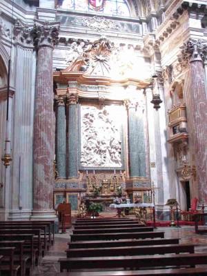 Vista del interior del templo, detalle del altar mayor.