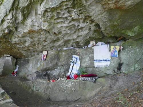 Vista de la cueva de  Tazlău (Rumanía) donde vivió San Ciríaco.