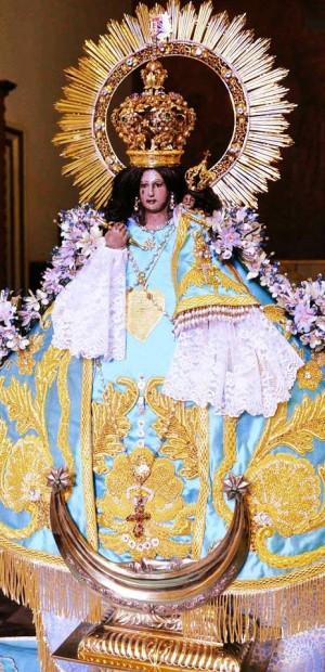 Imagen de Nuestra Señora de Talpa revestida de adornos.