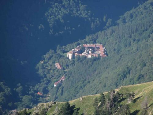 Vista del monasterio en la falda del monte Rila, Bulgaria.