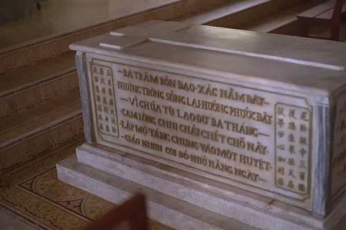 Tumba de varios santos mártires en el Santuario de Ba Ria.