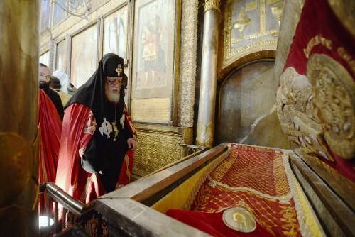 El Catholicos de Georgia ante las reliquias del Santo en Moscú.