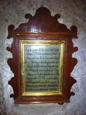Vista del letrero que recubre la hornacina que contiene el corazón del Siervo de Dios.