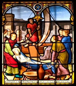 El cadáver de la Santa trasladado en barca. Vidriera decimonónica en la iglesia de San Carlos, Mónaco.