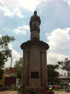 Monumento dedicado al Siervo de Dios en la plazuela del Santuario de Guadalupe.