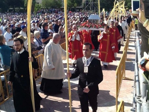 Procesión con las reliquias de los beatos mártires en la magna beatificación de Tarragona del 13 de octubre de 2013.