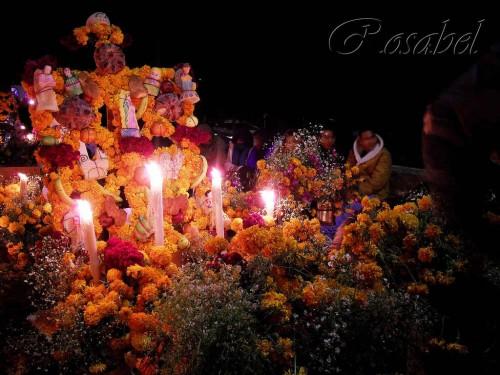 Familiares velando en la tumba de sus difuntos con el tradicional retablo adornado con flores y dulces en el cementerio de la isla de Janitzio. Fotografía: Rosabel Bustamante.
