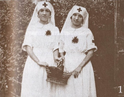 Fotografía de Josefa (izqda.) de su época como Hija de María, colaborando en las obras benéficas de Alberic.
