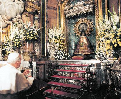 El papa San Juan Pablo II rezando a la Virgen del Pilar.
