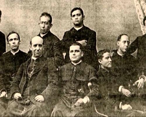 Fotografía del Santo ordenado de sacerdote. En primera fila y a la izquierda, el arzobispo de Guadalajara José de Jesús Ortiz.