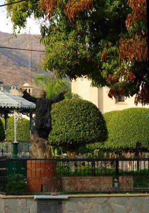 Monumento en la plaza de Ejutla (México) en el lugar donde fue ahorcado el Santo.