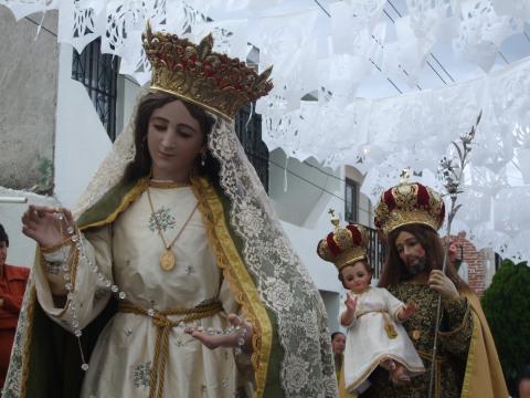 Detalle de las imágenes de San José y la Virgen del Rosario sacadas en procesión en Zapotlán, México.