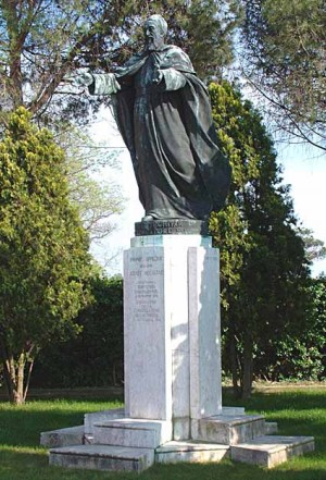 Escultura en honor al Siervo de Dios en la isla de San Lázaro, Venecia (Italia).