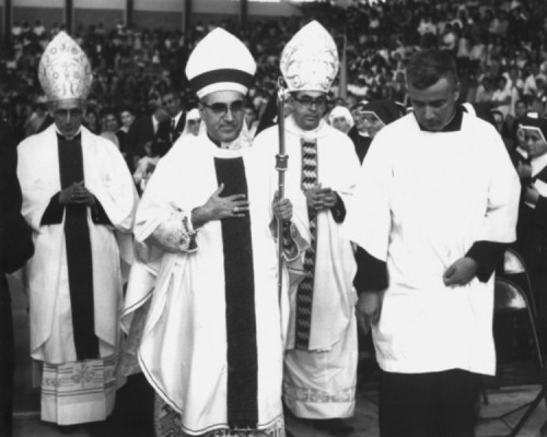 Fotografía de monseñor Romero en su atuendo episcopal.