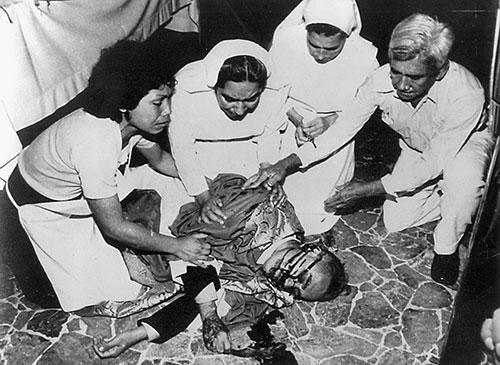 Fieles en torno al cadáver del Siervo de Dios tras su martirio.