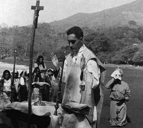 Fotografía del Beato celebrando la Eucaristía.