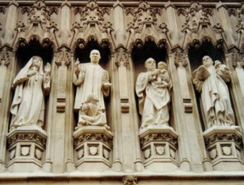 Detalle de la galería de mártires del siglo XX en la abadía de Westminster, Londres (Reino Unido). De izqda a dcha: Santa Isabel Feodorovna, Marthin Luther King, el Siervo de Dios Óscar Romero y Dietrich Bonhöeffer.