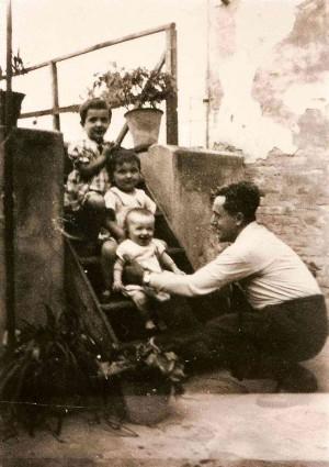 Foto con tres de sus hijos, en Mirandola en 1935.