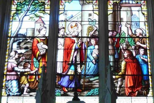 Vidriera del coro de la iglesia de San Hilario, en Boussais (Francia).