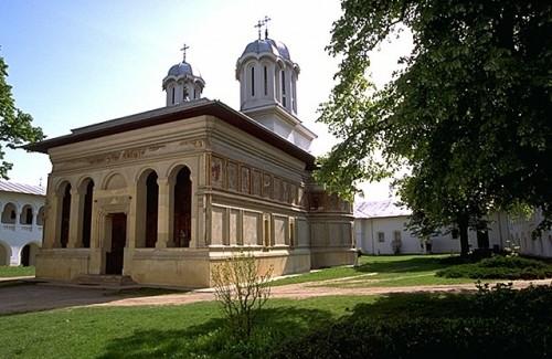 Vista de la iglesia del monasterio Căldăruşani (Rumanía), donde el Santo fue abad.
