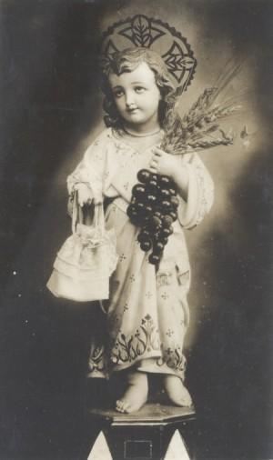 Vista de la imagen del Santo Niño es una fotografía antigua.