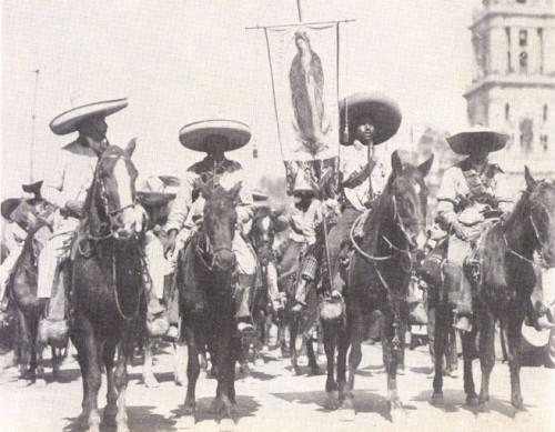 Ejército zapatista entrando a la ciudad de México con el estandarte de la Virgen de Guadalupe.