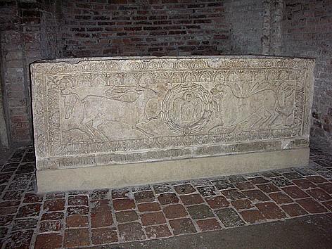 Antiguo sarcófago de San Agrícola en la Basílica de los Santos Vital y Agrícola, Bolonia (Italia).