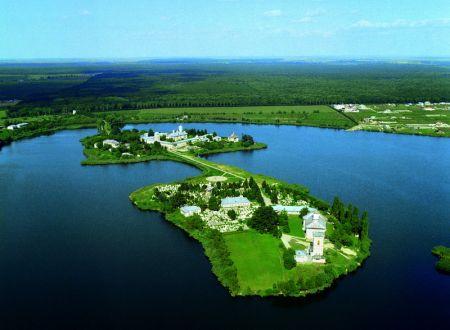 Vista del monasterio situado en el lago de Cernica (Rumanía), donde el Santo fue abad.