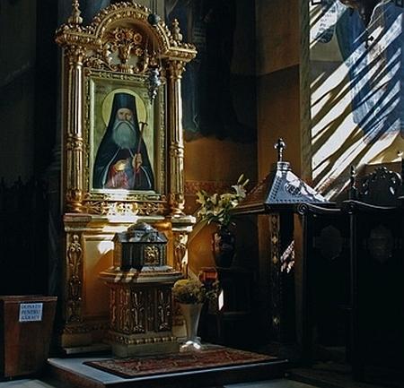 Altar, icono y urna relicario del Santo. Iglesia del monasterio de Cernica (Rumanía).