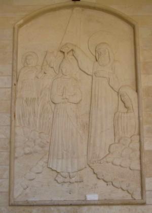 San Mateo bautiza a Sara en presencia de su hermano Behnam. Relieve en el monasterio de San Mateo, Dayr Mar Matti (Irak).