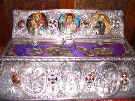 Vista del relicario abierto donde actualmente se guardan las reliquias del Santo. Monasterio de Tismana (Rumanía).