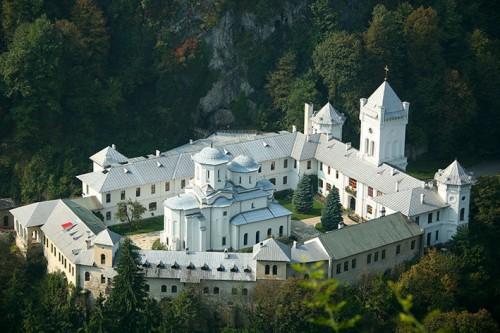 Vista del monasterio de Tismana (Rumanía), donde está enterrado el Santo.