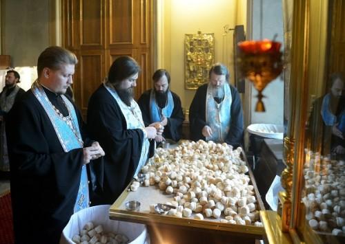 """Preparación del """"antidorón"""" que se repartirá entre los fieles al finalizar la Divina Liturgia."""