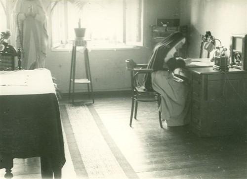 Fotografía de la Beata trabajando en su escritorio, en 1938, a los 39 años de edad.
