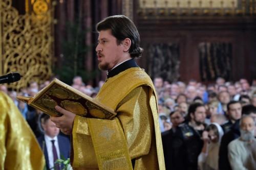 Un diácono canta el Evangelio.