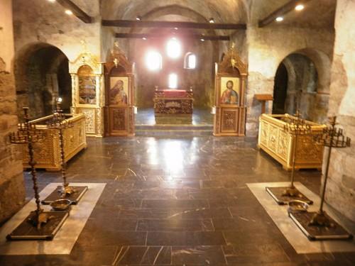 Urnas con los restos de los mártires en el interior de la iglesia.