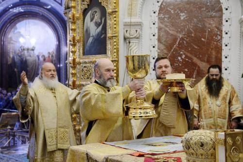 """""""Las cosas santas para los santos"""". Los diáconos elevan los dones consagrados."""