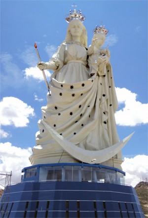 Monumento de 45m de altura en honor de la Virgen del Socavón inaugurado el pasado 1 de febrero de 2013 en Oruro, Bolivia.