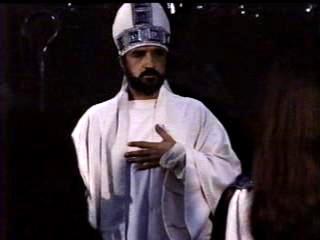 """El actor francés Jean-Claude Carrière interpreta el papel del obispo Prisciliano en la película """"La Vía Láctea""""    (1969) de Luis Buñuel."""