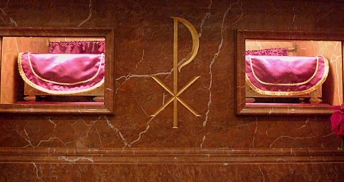 Vista de las urnas que contienen los restos de las mártires bajo el altar mayor. Basílica de Santa Maria de Mataró, España.