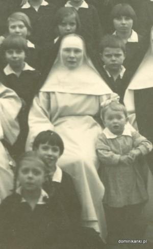 Fotografía de la Beata, entre los huérfanos a los que cuidaba e instruía.