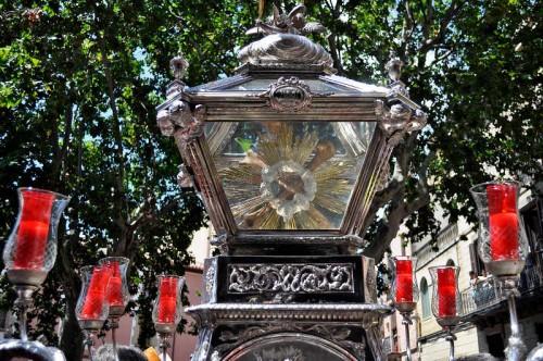 Urna de plata con reliquias de las Santas que procesiona el día de su fiesta en Mataró (España).
