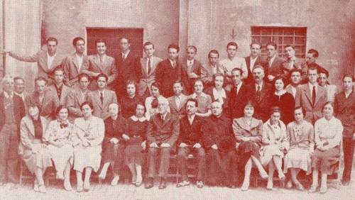 Fotografía del Beato (el quinto a la derecha de la fila superior, con una flecha sobre la cabeza) a los 18 años, con los compañeros del Liceo.