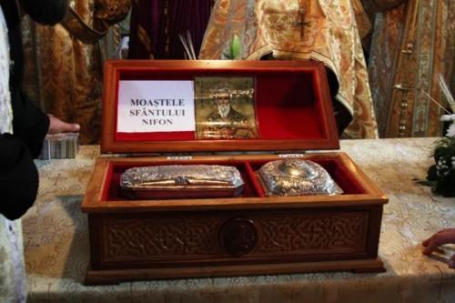 Otra vista del relicario con el cráneo y la mano derecha del Santo venerados en Craiova (Rumanía).